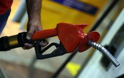 Un surtidor de combustible en una gasolinera en Sao Paulo, Brasil, nov 8, 2016. La Administración de Información de Energía de Estados Unidos (EIA, por sus siglas en inglés) elevó el martes su pronóstico  de crecimiento mundial de la demanda de petróleo en 2017 en 40.000 barriles por día a 1,56 millones de bpd.   REUTERS/Paulo Whitaker