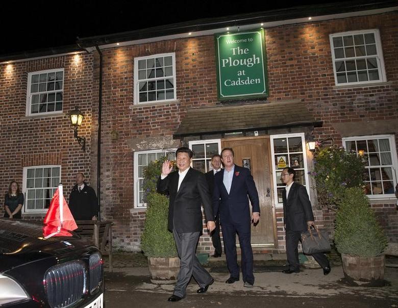 2015年10月22日,资料图为英国时任首相卡梅伦和中国国家主席习近平走出The Plough at Cadsden酒吧。REUTERS/Eddie Keogh
