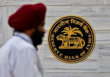 Мужчина проходит мимо здания Резервного банка Индии в Мумбаи 9 ноября 2016 года. Центральный банк Индии (RBI) неожиданно оставил ключевую ставку без изменений на уровне 6,25 процента в среду, несмотря на призывы к действиям, поскольку серьезная нехватка наличности грозит затормозить самую быстрорастущую в мире крупную экономику. REUTERS/Danish Siddiqui