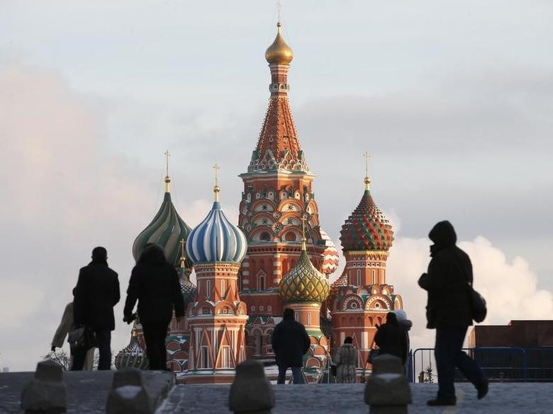 People walk in Red Square, with St. Basil's Cathedral seen in the background, in central Moscow February 6, 2015. REUTERS/Maxim Zmeyev