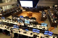 Vista del piso del mercado accionario BM&F en Sao Paulo, Brasil. 24 de mayo de 2016. Las acciones brasileñas probablemente se acercaran a máximos históricos en 2017, con un desempeño superior a las de México, por un descenso tanto de la inflación como de las tasas de interés, mostró un sondeo de Reuters. REUTERS/Paulo Whitaker