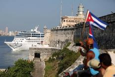 El crucero Adonia de U.S. Carnival llega a La Habana, la primera nave de su clase que hizo el recorrido entre Estados Unidos y Cuba desde la revolución de 1959. 2 de mayo de 2016. La línea estadounidense de cruceros Royal Caribbean Cruises Ltd y Norwegian Cruise Line Holding Ltd dijeron el miércoles que recibieron la aprobación de las autoridades de Cuba para iniciar operaciones en la isla caribeña. REUTERS/Alexandre Meneghini