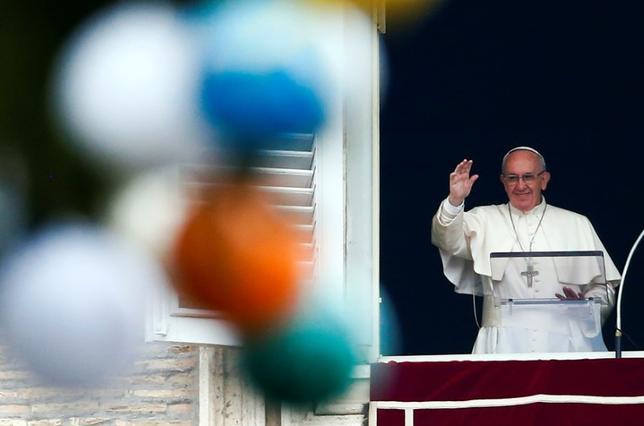 12月7日、ローマ法王フランシスコは、政治家の評判を落とすためにスキャンダルに焦点を合わせたり偽りの情報を発信することは「罪」だと述べ、メディアに対して強い警告を発した。写真は4日撮影(2016年 ロイター/Tony Gentile)