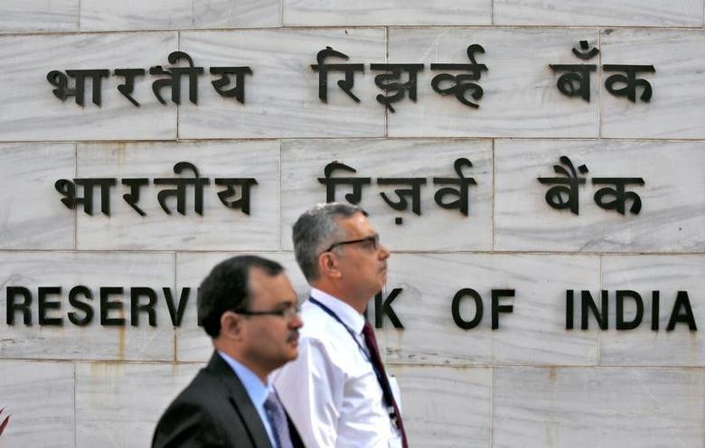 People walk past the Reserve Bank of India (RBI) head office in Mumbai, India, November 9, 2016. REUTERS/Danish Siddiqui