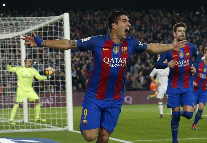 Football Soccer - Barcelona v Real Madrid - Spanish La Liga Santander- Nou Camp Stadium, Barcelona, Spain - 3/12/16. Barcelona's Luis Suarez celebrates after scoring their first goal during the ''Clasico''.        REUTERS/Albert Gea