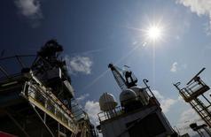 Глубоководная нефтяная платформа Centenario в Мексиканском заливе. 17 января 2014 года. Цены на нефть в четверг отошли от недельного минимума и превысили отметку в $50 за баррель, так как внимание аналитиков переключилось на грядущую встречу стран-членов ОПЕК и не входящих в картель государств, на которой им предстоит окончательно согласовать сокращение объёмов добычи. REUTERS/Henry Romero