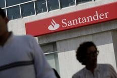 El logo de Santander en una de las oficinas de Monterrey, México, 24 de noviembre 2016. El banco español Santander invertirá unos 736 millones de dólares en los próximos tres años para modernizar sucursales y desarrollar nuevos negocios en México, dijo el jueves un ejecutivo del grupo financiero. REUTERS/Daniel Becerril