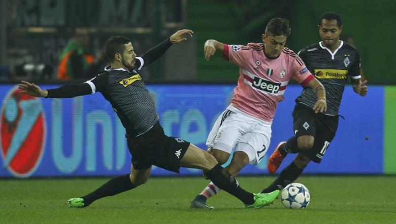 Moenchengladbach's Alvaro Dominguez (L) and Juventus' Paulo Dybala fight for the ball during their Champions League group D soccer match in Moenchengladbach, Germany, November 3, 2015.    REUTERS/Ina Fassbender   Picture Supplied by Action Images