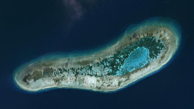 12月8日、南シナ海にある南沙諸島のラッド礁(写真)で、ベトナムがしゅんせつ作業を開始したことが、衛星画像で明らかになった。ベトナムが実効支配するラッド礁は、中国と台湾も領有権を主張している。7月撮影、提供写真(2016年 ロイター/Trevor Hammond/Planet Labs)