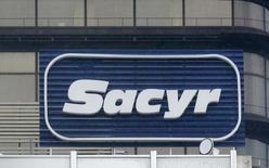 Sacyr anunció a última hora del jueves una operación con derivados sobre un 2 por ciento del capital de Repsol que le permitirá reducir en 319,5 millones de euros el préstamo asociado a su participación en la petrolera y limitar su exposición al volátil precio de la acción. En la imagen, el logo de Sacyr en la sede de la compañía en Madrid, España, el 4 de enero de 2014. REUTERS/Andrea Comas