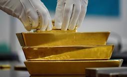 Золотые слитки. Золото дешевеет в пятницу на фоне стабилизации доллара и готовится завершить в минусе пятую неделю подряд на ожиданиях повышения ставки ФРС на следующей неделе.   REUTERS/Mariya Gordeyeva