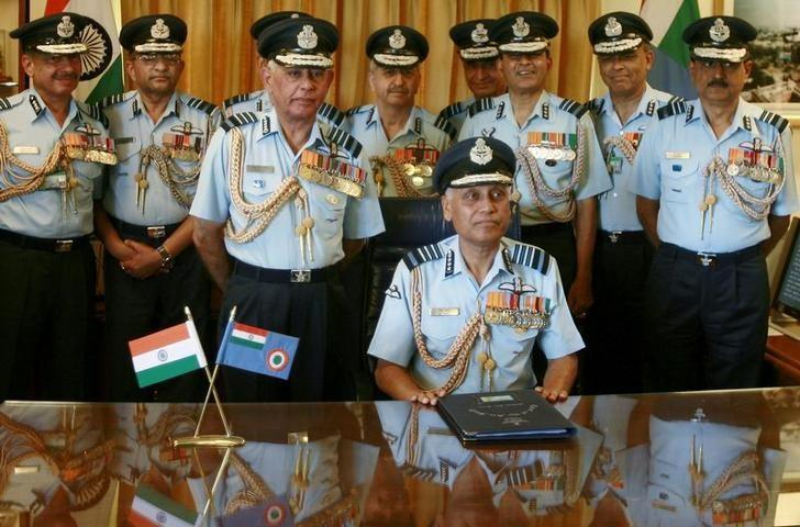 Outgoing Indian Air Force (IAF) Chief S.P. Tyagi (C) poses for a picture with his staff before handing over the charge to new Chief F.H. Major at the IAF headquarters in New Delhi March 31, 2007. REUTERS/Vijay Mathur/Files