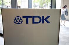 L'équipementier japonais de l'électronique TDK discute de l'achat d'InvenSense, un concepteur de puces qui produit des capteurs de mouvement pour Apple et Samsung Electronics. /Photo d'archives/REUTERS/Issei Kato