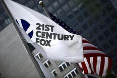 La compañía estadounidense Twenty-First Century Fox Inc, propiedad del magnate de los medios Rupert Murdoch, realizó una oferta de 14.000 millones de dólares por las acciones que aún no controla del grupo de televisión de pago Sky Plc, informó la firma británica. En la imagen, la bandera de Twenty-First Century Fox Inc en su sede en Manhattan, Nueva York, el 11 de junio de 2015.  REUTERS/Eduardo Munoz/File Photo
