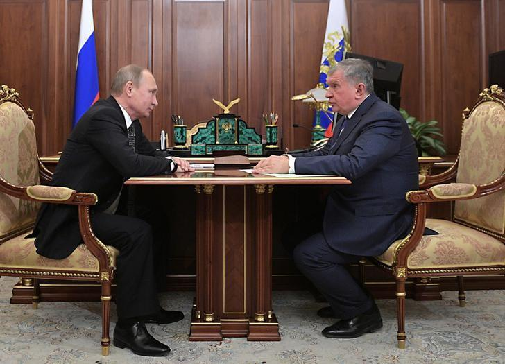 Russia's President Vladimir Putin (L) meets with Rosneft CEO Igor Sechin at the Kremlin in Moscow, Russia December 7, 2016. Sputnik/Alexei Druzhinin/Kremlin via REUTERS