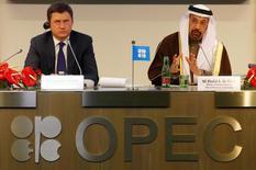 Los ministros de Energía de Rusia, Alexander Novak, y de Arabia Saudita, Khalid al-Falih, en una rueda de prensa en Viena. 10 de diciembre de 2016. Los precios del petróleo se disparaban más de un 5 por ciento en el comienzo de la sesión en Asia, luego de que productores de la OPEP y otros que no pertenecen al grupo llegaron al primer acuerdo desde 2001 para reducir el suministro de crudo y aliviar un exceso de oferta que ha durado más de dos años. REUTERS/Heinz-Peter Bader -
