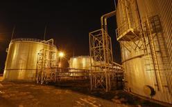 """Нефтехранилища нефтегазового перерабатывающего завода на месторождении, управляемом KazMunayGas Exploration Production JSC. Казахстан считает """"символическим"""" сокращение добычи на 20.000 баррелей в сутки и не будет снижать добычу на крупных проектах, сказал в понедельник журналистам министр энергетики Канат Бозумбаев.  REUTERS/Shamil Zhumatov"""