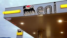 Логотип Eni на автозаправочной станции в Лугано. Итальянский нефтегазовый концерн Eni одобрил продажу 30 процентов в договоре концессии египетского газового блока Шорук крупнейшей российской нефтекомпании Роснефти за $1,125 миллиарда. Таким образом, доля компании в проекте разработки шельфового месторождения Зухр сократилась до 60 процентов.  REUTERS/Arnd Wiegmann/File Photo