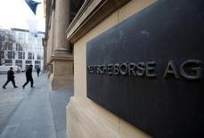 Les principales Bourses européennes étaient irrégulières autour du point d'équilibre lundi dans les premiers échanges. L'indice CAC 40 prend 0,15% à 4.771,21 points vers 08h30 GMT. Le Dax perd cependant 0,23% et à Londres, le FTSE progresse de 0,05%.  /Photo d'archives/REUTERS/Alex Domanski