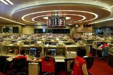 Трейдеры работают на фондовой бирже Гонконга. Китайские фондовые индексы продемонстрировали в ходе торгов понедельника наибольший спад с июня, обновив месячные минимумы, на фоне введения новых торговых ограничений для страховых компаний, а также беспокойства инвесторов по поводу будущей политики избранного президента США Дональда Трампа в отношении Китая. REUTERS/Bobby Yip