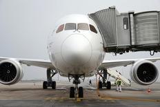 Самолет Boeing Inc. 787-9 Dreamliner в аэропорту Шарль де Голль во Франции. Иран в воскресенье подписал соглашение о покупке 80 пассажирских самолётов компании Boeing стоимостью $16,6 миллиарда и сообщил, что также готовится приобрести ещё десяток самолётов Airbus, таким образом заключая крупнейшую сделку с западными компаниями со времён исламской революции 1979 года.   REUTERS/Benoit Tessier