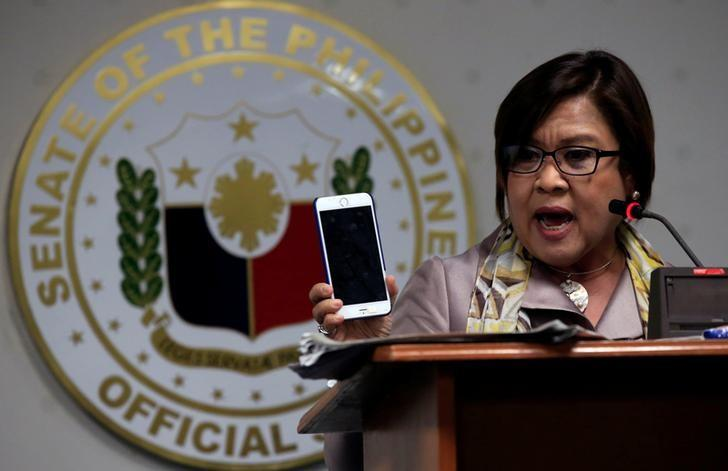 Former Justice Secretary and current Senator Leila De Lima shows reporters her personal mobile phone during a news conference at the Senate headquarters in Pasay city, metro Manila, Philippines September 22, 2016.        REUTERS/Romeo Ranoco/Files