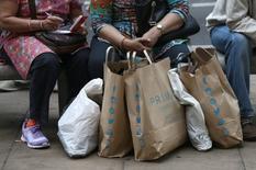 La inflación británica alcanzó el mes pasado máximos de más de dos años, impulsada por ropa más cara y el impacto de la votación del Brexit de junio en los precios que los consumidores pagaron por bienes tecnológicos. En la imagen, personas con bolsas de la compra en Londres, 25 de agosto de 2016. REUTERS/Neil Hall