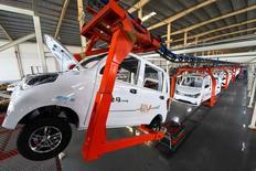 Una planta de producción de automóviles eléctricos en Weifang, en la provincia de Shandong, China, December 1, 2016. La producción industrial de China y las ventas minoristas crecieron más rápido que lo previsto en noviembre, y la inversión en activos fijos estuvo en línea con las previsiones, lo que da más señales de estabilización en la segunda economía más grande del mundo. China Daily/via REUTERS. ATENCIÓN EDITORES: ESTA IMAGEN FUE PROVISTA POR UN TERCERO Y SE TRANSMITE TAL CUAL SE RECIBIÓ. SÓLO PARA USO EDITORIAL Y FUERA DE CHINA. PROHIBIDA SU VENTA EN CHINA.