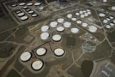 La foto de archivo muestra una vista aérea de tanques de reserva de crudo en el centro de Cushing, en Oklahoma, EEUU. La demanda global por petróleo subirá con más fuerza que lo previsto en el 2016 y el 2017, aunque es muy pronto para evaluar el impacto de un recorte conjunto en la oferta por parte de los mayores productores mundiales de crudo, dijo el martes la Agencia Internacional de Energía (AIE). REUTERS/Nick Oxford