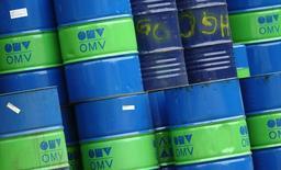 Barriles apilados en una refinería del grupo energético OMV en Schwechat, Austria, oct 21, 2015. La OPEP proyectó el miércoles un mayor superávit de petróleo en 2017 a menos que sus miembros implementen un acuerdo de recorte de producción y que los exportadores fuera del cartel también cumplan con el pacto que firmaron el fin de semana.  REUTERS/Heinz-Peter Bader