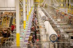 Trabajadores en una bodega de la minorista Amazon en Tracy, EEUU, nov 30, 2014. Los inventarios de empresas en Estados Unidos anotaron en octubre su descenso más pronunciado en casi un año por una caída de las existencias en minoristas, lo que sugiere una modesta contribución de la inversión en inventarios en el crecimiento económico del cuarto trimestre. REUTERS/Noah Berger