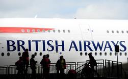 Des milliers d'hôtesses et de stewards travaillant pour British Airways ont voté en faveur d'une grève à une écrasante majorité pour réclamer des hausses de salaire. Plus de 2.500 membres d'équipage volant sur des court et long courriers pourraient cesser le travail après le 21 décembre. /Photo d'archives/REUTERS/Paul Hackett