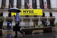 La Bourse de New York a fini en baisse une séance volatile mercredi. L'indice Dow Jones a cédé 0,6%, soit 118,82 points, à 19.792,39, interrompant ainsi une série de sept séances de hausse d'affilée. /Photo d'archives/REUTERS/Brendan McDermid