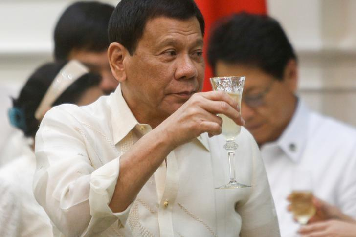 Philippine President Rodrigo Duterte toasts during a signing ceremony between Cambodia-Philippine at the Prime Minister's office in Phnom Penh, Cambodia December 14, 2016. REUTERS/Samrang Pring