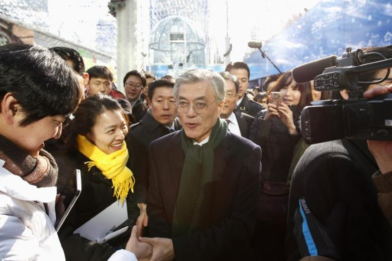 Moon Jae-in (C), former human rights lawyer and presidential candidate of the main opposition Democratic United Party, is seen during a campaign encouraging people to vote, in Seoul December 19, 2012. REUTERS/Kim Hong-Ji