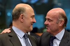 La deuda del conjunto de las Administraciones Públicas españolas subió en unos 9.000 millones de euros en el tercer trimestre, hasta los 1,10 billones de euros, continuando por encima del 100 por cien del Producto Interior Bruto (PIB) doméstico, según datos del Banco de España divulgados el jueves. En la imagen, el comisario europeo de Asuntos Económicos y Financieros, Pierre Moscovici (I), charla con el ministro español de Economía, Luis de Guindos, el 24 de mayo de 2016 en Bruselas. REUTERS/Eric Vidal