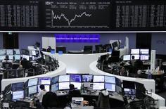 Operadores trabajando en sus puestos en la bolsa alemana en Fráncfort, nov 11, 2016.Las bolsas europeas subían levemente el jueves, apoyadas por las ganancias de las acciones bancarias tras el alza de las tasas de interés de la Reserva Federal de Estados Unidos, y la creciente actividad de acuerdos corporativos seguía apuntalando el optimismo al final de año.       REUTERS/Staff/Remote