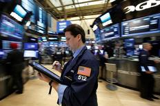 Un operador de la Bolsa de Valores de Nueva York (NYSE) en la ciudad de Nueva York, Estados Unidos, el 8 de diciembre de 2016.Los principales bancos de Wall Street no quedaron convencidos el miércoles de que el ritmo de alza de las tasas de interés podría acelerarse el próximo año y se apegaron a la visión de que la Reserva Federal de Estados Unidos subirá los costos del crédito a lo sumo dos veces en 2017, según un sondeo de Reuters. REUTERS/Brendan McDermid - RTSV9AD