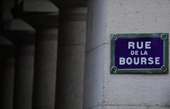 Les Bourses européennes évoluent jeudi dans le vert à mi-séance. Vers 11h20 GMT, le CAC 40 prend 0,9%, le Dax prend 0,7% et le FTSE avance de 0,06%. /Photo d'archives/REUTERS/Christian Hartmann