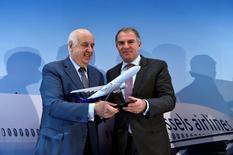 Etienne Davignon (à gauche), le président de SN Airholding, propriétaire de Brussels Airlines, et le PDG de Lufthansa, Carsten Spohr (à droite). Lufthansa a annoncé jeudi avoir acquis la totalité du capital de Brussels Airlines. /Photo prise le 15 décembre 2016/REUTERS/Eric Vidal