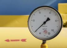 Вентиль на газовой компрессорной станции в селе Мрин, Украина 15 октября 2015 года. Украина обойдется без российского газа до конца зимы, если Газпром не согласится смягчить требования контракта, сказал глава госкомпании Нафтогаз Украины. REUTERS/Gleb Garanich