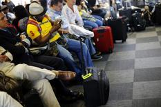 Passageiros aguardam no aeroporto Alfonso Pena, em Curitiba.      17/06/2014              REUTERS/Ivan Alvarado
