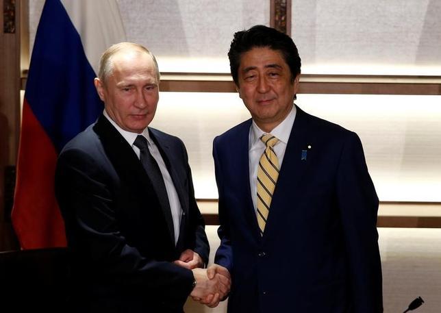 12月15日、安倍晋三首相とロシアのプーチン大統領は、山口県長門市で約3時間にわたって会談した。写真はプーチン氏(左)と握手する安倍首相(右)。(2016年 ロイター/Toru Hanai )
