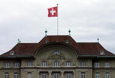 El Banco Nacional de Suiza en Berna, abr 16, 2015. El Banco Nacional de Suiza (SNB) mantuvo sus tasas de interés en mínimos récord el jueves, citando como argumento la creciente incertidumbre política mundial tras la elección presidencial en Estados Unidos y próximas votaciones en varios países de Europa.   REUTERS/Ruben Sprich/File Photo