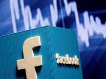 Логотип Facebook, Социальная сеть Facebook Inc в четверг сообщила, что разработала механизмы для предотвращения распространения недостоверных новостей, резко изменив свою стратегию в ответ на растущую критику того, что она предпринимала недостаточно усилий для борьбы с этой проблемой во время президентской кампании в США.  REUTERS/Dado Ruvic/Illustration