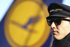 Lufthansa et le syndicat de pilotes Vereinigung Cockpit (VC) ont annoncé vendredi avoir accepté le principe d'une médiation pour tenter de résoudre un conflit qui dure depuis 2012. /Photo prise le 30 novembre 2016/REUTERS/Kai Pfaffenbach