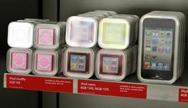 El Gobierno español y las entidades de gestión de los derechos de autor trabajan ya en el desarrollo de una nueva normativa de compensación por copia privada que no tenga impacto en las arcas públicas, después de que la anterior ley fuese rechazada por los tribunales. En la imagen de archivo, diferentes tipos de iPods a la venta en una tienda de Apple de California, el 8 de diceimbre de 2010 REUTERS/Fred Prouser