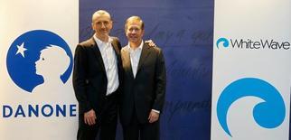 Emmanuel Faber (à gauche), DG de Danone, et Gregg Engles, PDG de WhiteWave Foods Company, posent avant une conférence de presse à Paris. La Commission européenne a autorisé vendredi le rachat par le groupe français du spécialiste américain de l'alimentation bio pour 10,4 milliards de dollars (10 milliards d'euros), en posant comme condition la cession d'une activité en Belgique. /Photo prise le 7 juillet 2016/REUTERS/John Schults