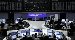 Les Bourses européennes ont terminé en légère hausse vendredi mais en dessous des plus hauts du jour, l'incertitude de Wall Street ayant pesé sur la tendance en fin de séance alors que plusieurs indices du Vieux Continent avaient auparavant atteint leur plus haut niveau depuis 11 mois. À Paris, le CAC 40 a terminé en hausse de 0,29% (+14,04 points) à 4.833,27 points . Le Footsie britannique a gagné 0,18% et le Dax allemand 0,33%. /Photo prise le 16 décembre 2016/REUTERS/Staff/Remote