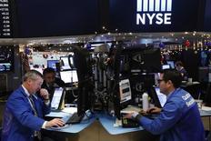 Wall Street a terminé la dernière séance de la semaine sans grand changement, avec un Dow Jones qui reste proche de la barre des 20.000 points, qu'il n'a encore jamais franchie. /Photo prise le 13 décembre 2016/ REUTERS/Lucas Jackson
